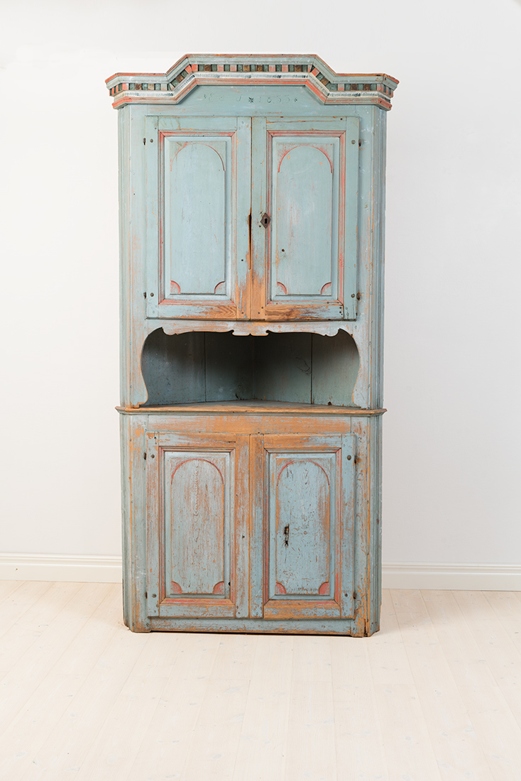 Charming Folk Art corner cupboard from northern Sweden with dating 1853. The cabinet is completely untouched and still has its natural patina from the 1800s. Two-pieced.