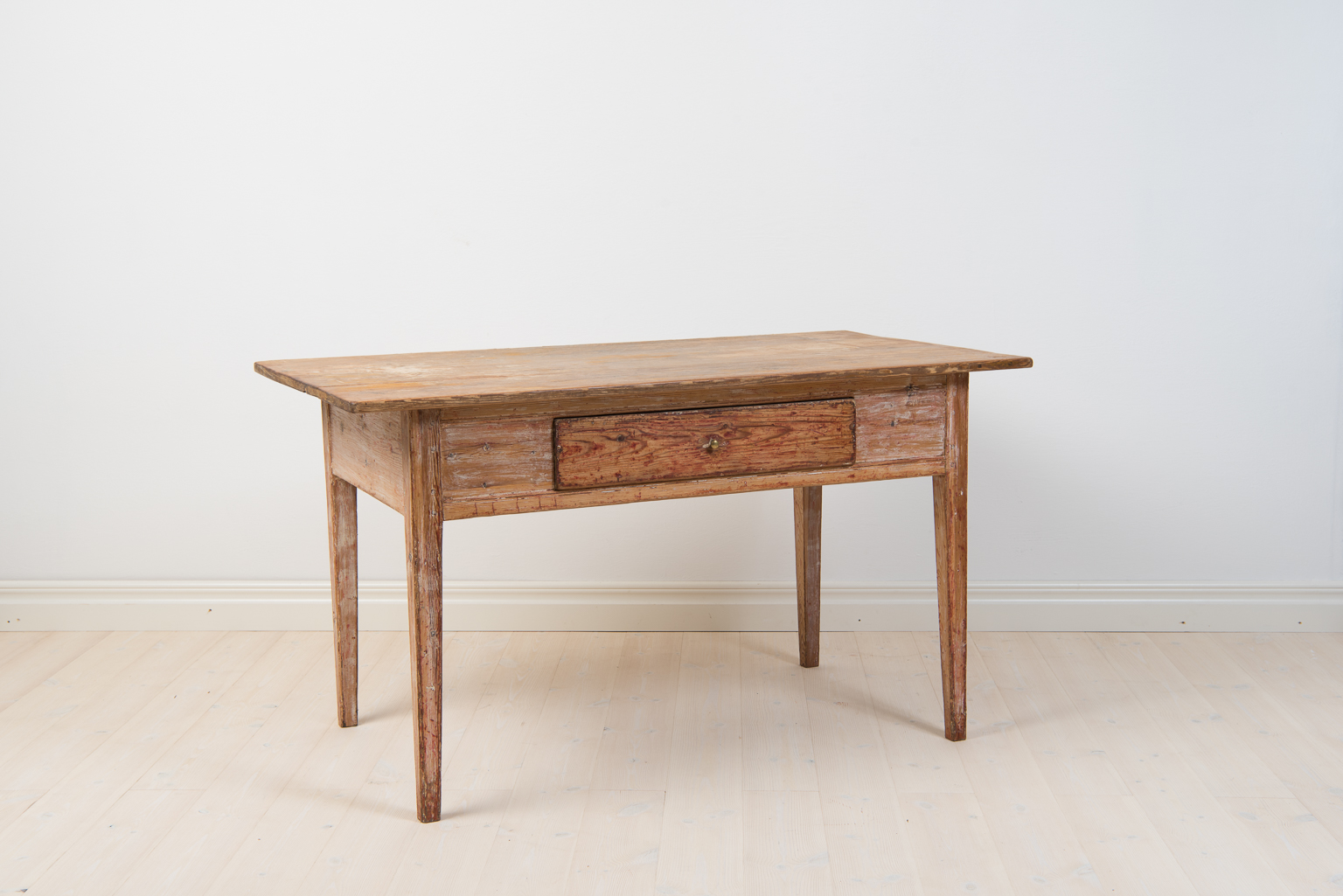Desk with straight tapered legs and drawer with original knob in brass. Manufactured around 1810/20