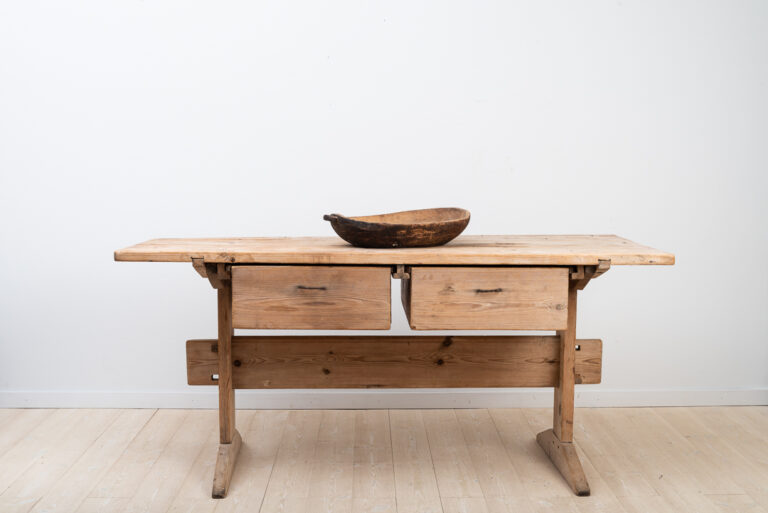 Primitiv folk art table with two drawers