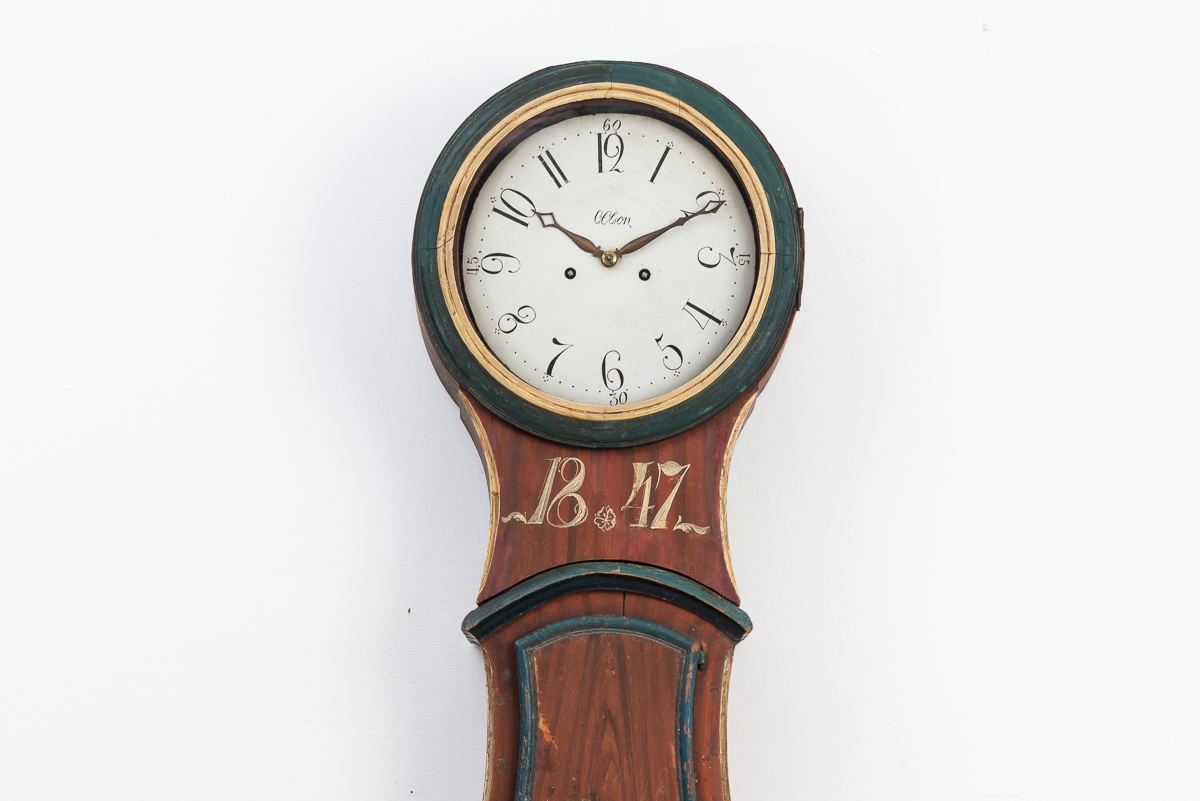 Long case clock with dating 1847. The clock still has its red original paint from the mid 1800s. Origin in Hälsingland