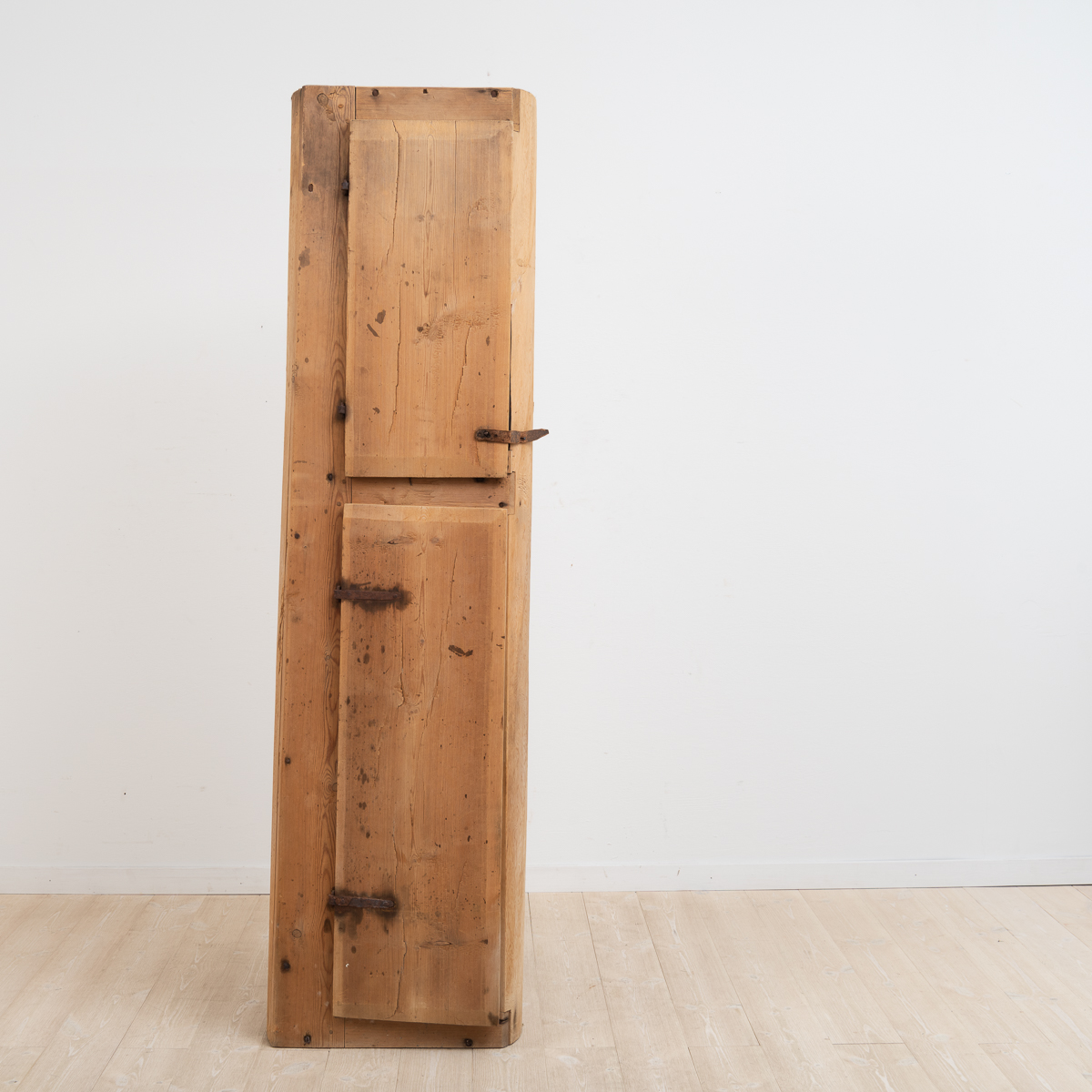 Unusual and primitive cabinet from Härjedalen. Manufactured from a hollowed log.