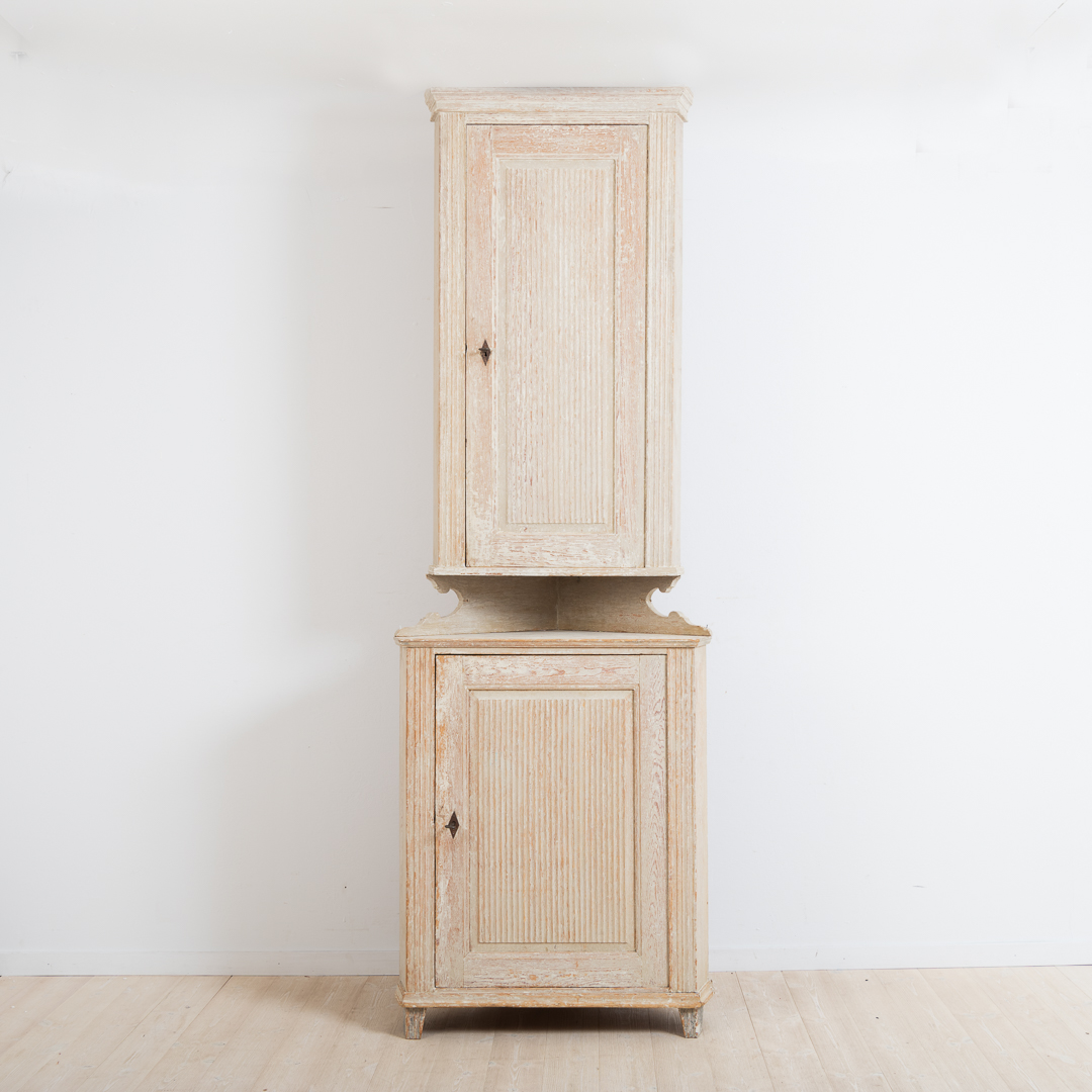 Late 18th century gustavian corner cabinet with original paint. With carved wooden decor and manufactured around 1790 in Västerbotten, Sweden.