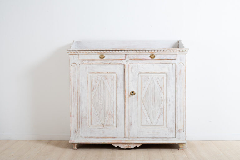 Swedish gustavian sideboard from Örnsköldsvik in northern Sweden. Manufactured around the year of 1800. Original working lock and key. Original hardware.