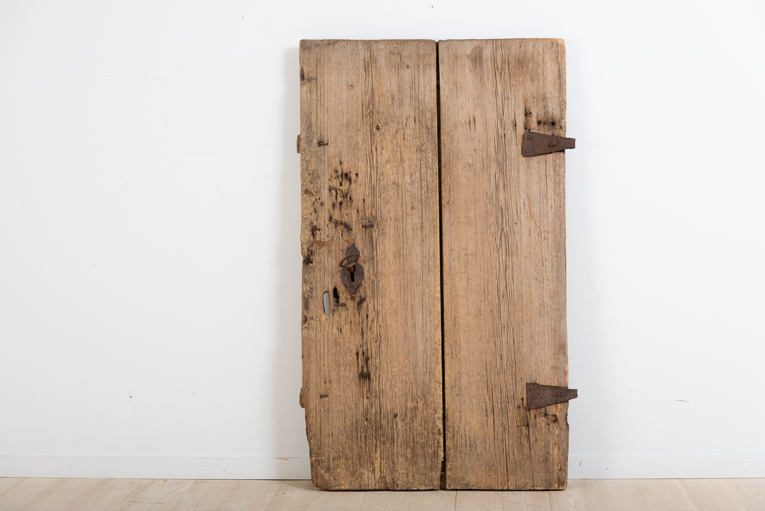 Door from the 17th / 18th century with appurtenant original lock and key. Manufactured from two boards each around 5 cm thick.