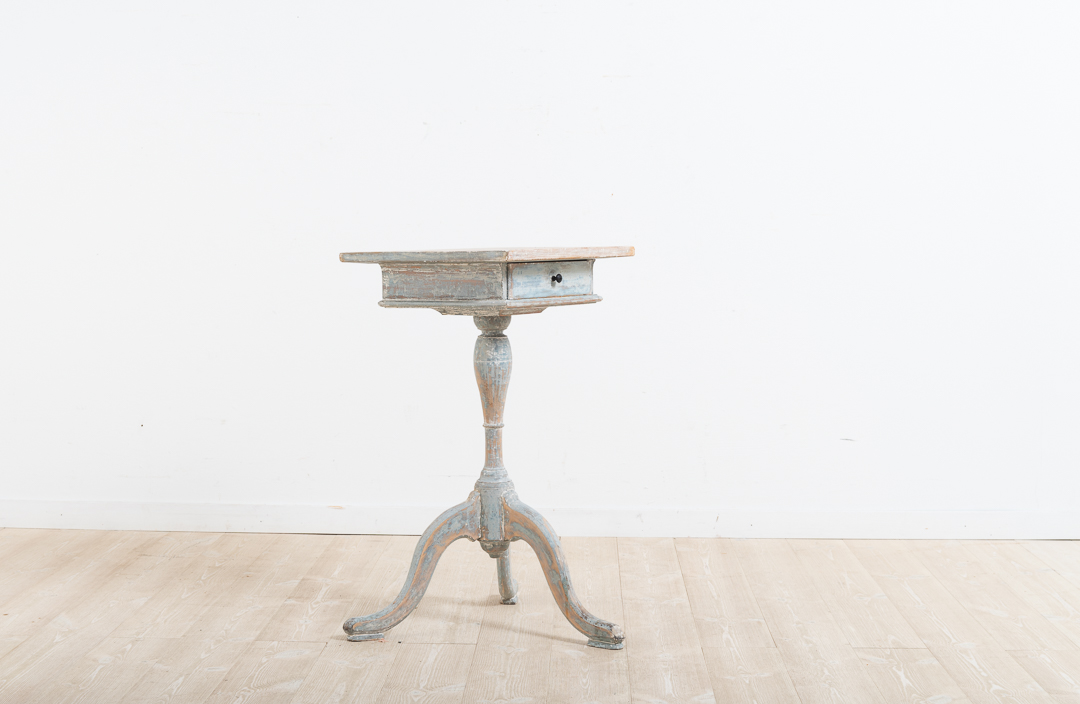 Swedish gustavian column table with drawer. Manufactured in northern Sweden during the late 18th century. From Hälsingland and dry scraped to original paint