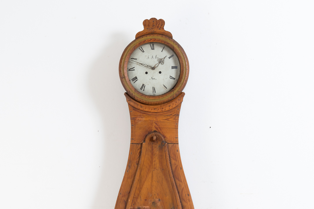 Swedish long case clock in a simple model. In untouched original condition with original paint and all natural patina. Manufactured in the middle of Sweden around 1830