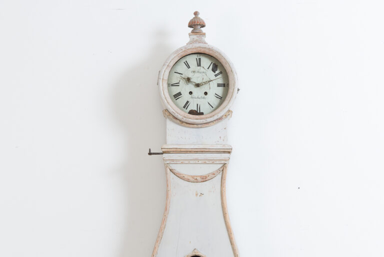 Rococo long case clock from Hälsingland. Old historic paint from the 19th century. Manufactured in northern Sweden around the turn of the century 1800 / 1900