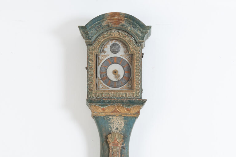 Long case clock with rich wooden carvings. Manufactured during the last decade of the 18th century in northern Sweden in the county of Jämtland