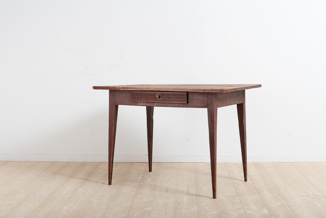 Provincial gustavian desk from Ljusdal in Hälsingland. The legs are unusually straight with a tapered and pointy design. That indicates a skilled carpenter