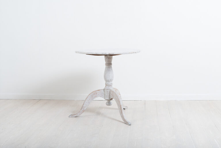 Pedestal Table with Curved Legs in Pine