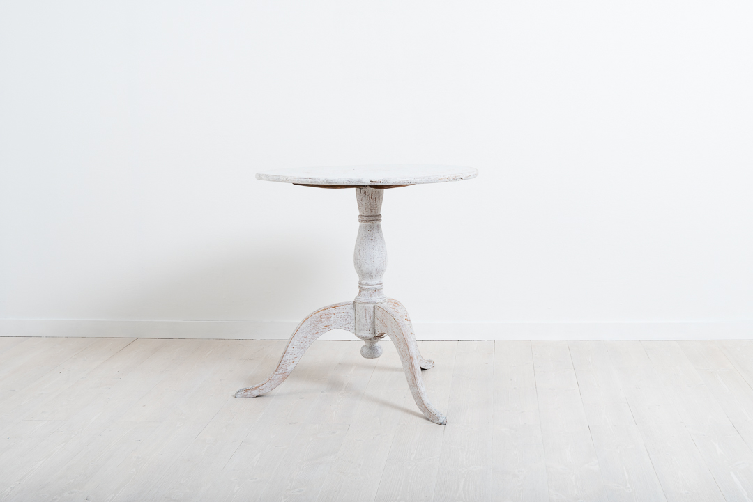 Pedestal table with curved legs and a round table top. Painted pine. Manufactured around 1840 in northern Sweden. Healthy and solid frame.