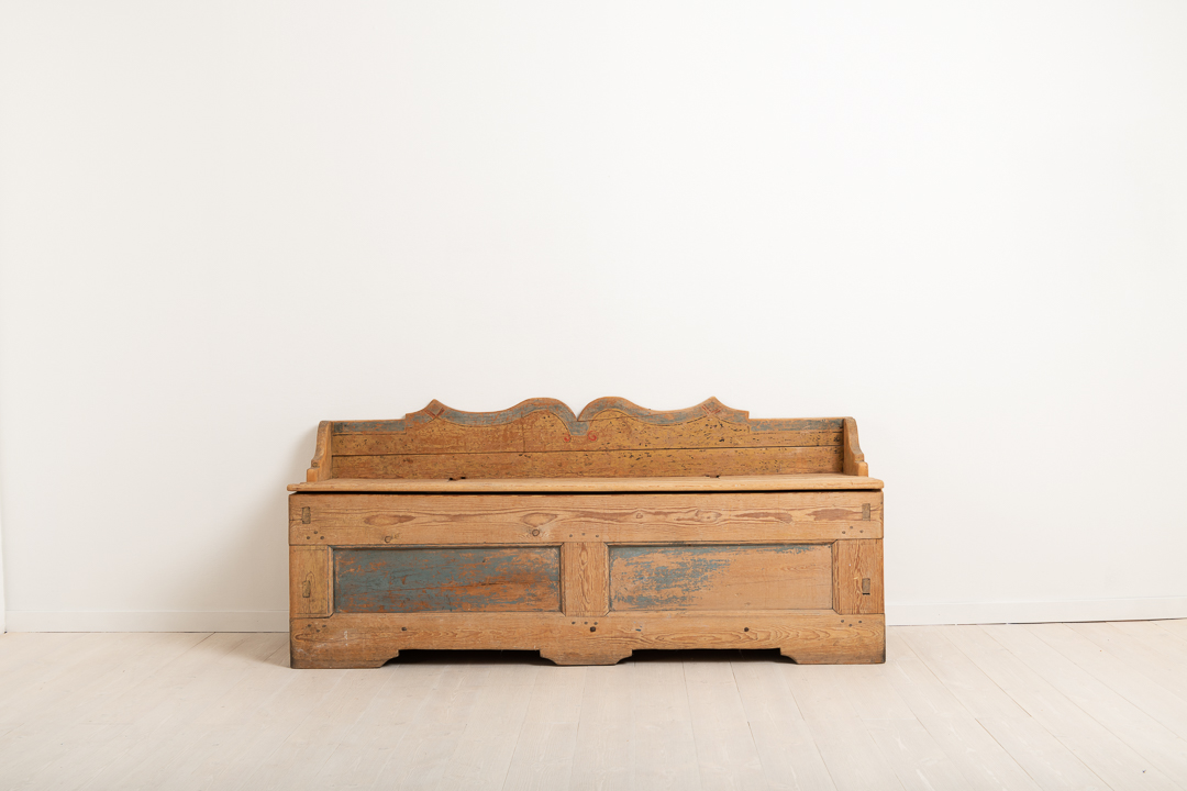 Folk art primitive bench from northern Sweden. The bench is in original condition with a great natural patina. Distressed paint. The painting on the inside