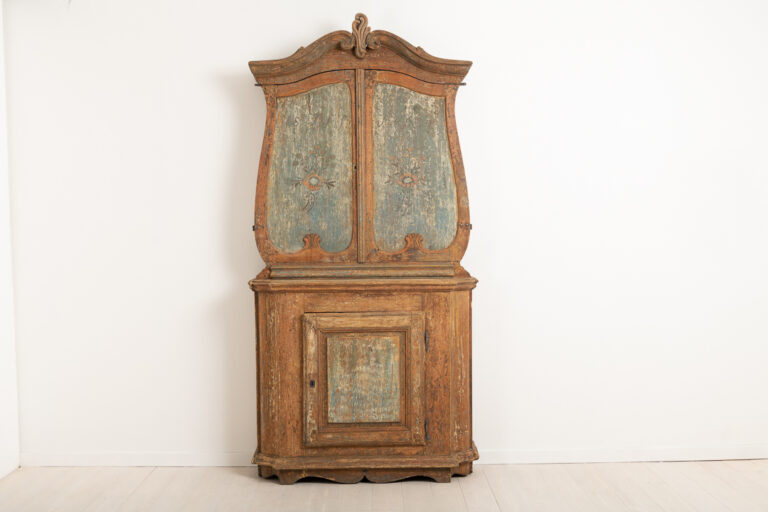 Rare rococo cabinet with folk art elements. Originally from the county of Hälsingland from around 1790 to 1800. The cabinet is all in one piece. Dry scraped