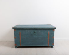 Folk art chest with original blue paint. There are traces of decorative paint and dating. Manufactured in northern Sweden around 1840 / 1860