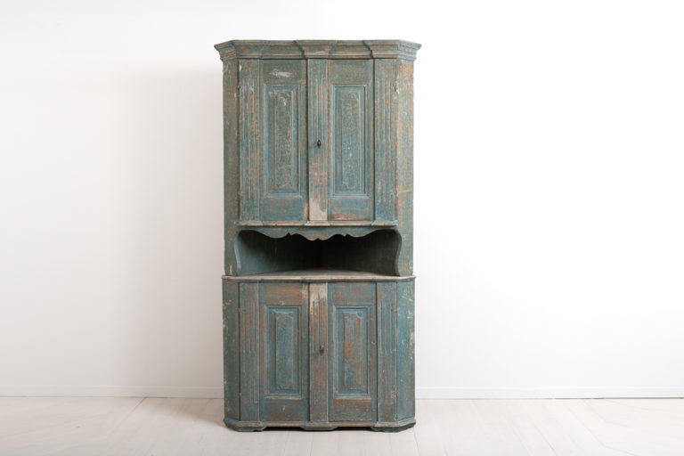 Neoclassic corner cabinet from northern Sweden. Decorated with carved wooden decorations typical to the neoclassic era. Manufactured in painted pine around 1790.