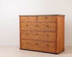 Chest of drawers with five drawers in Neoclassical style. The chest is from northern Sweden and made around 1800 to 1810. Made from painted pine