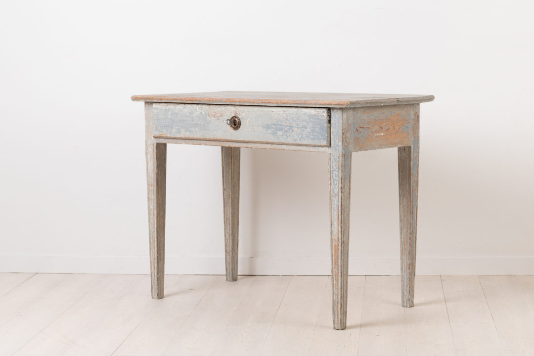 Charming Small Side Table - Neoclassical