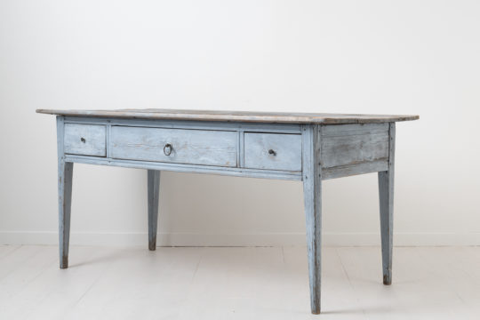 Work table in neoclassical style from northern Sweden. The table is from around 1810 and has straight tapered legs and three drawers. Painted pine
