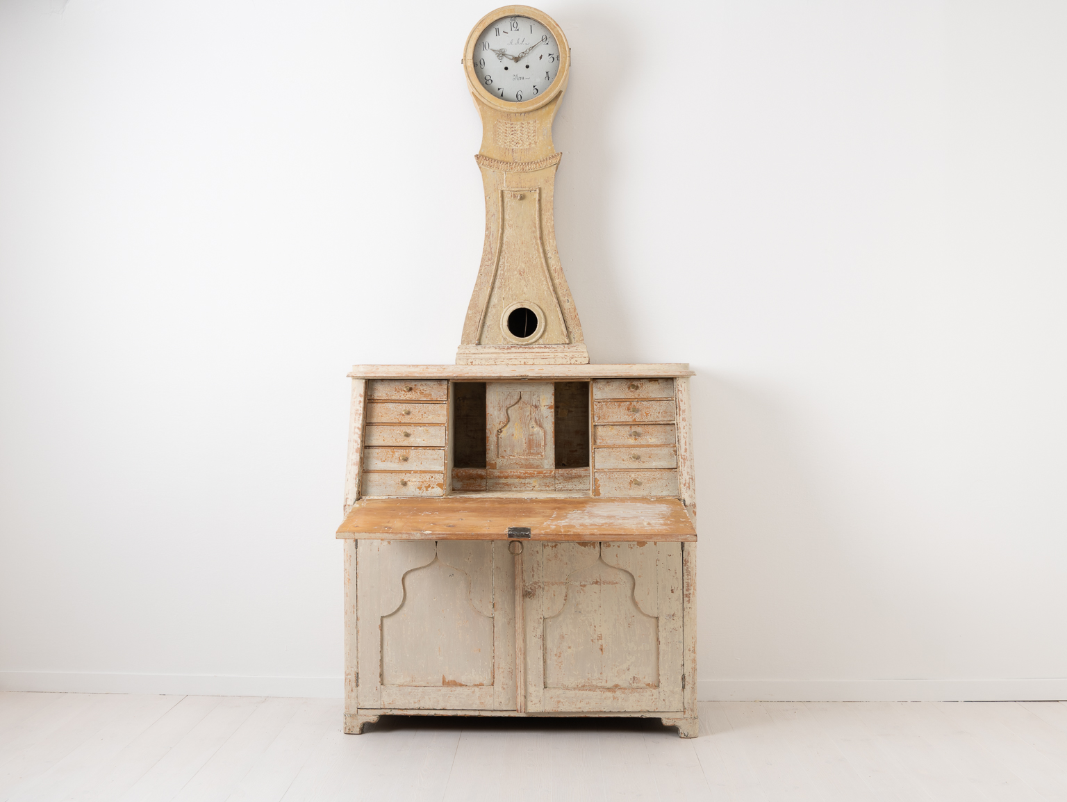 Antique clock secretary from northern Sweden. The clock is from around 1820 and dry scraped to the original light paint. Height to writers top is 70 cm