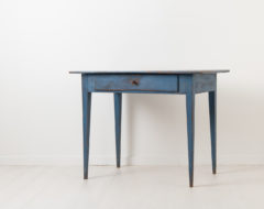 Blue desk in neoclassical style from northern Sweden. The table is from around 1820 with a single drawer and straight tapered legs