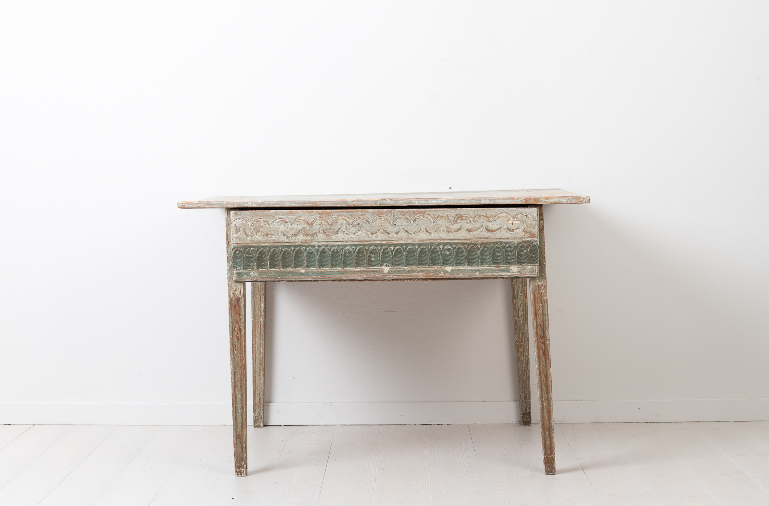 Gustavian and neoclassical side table from northern Sweden. The table is from the province Hälsingland and made around 1790.