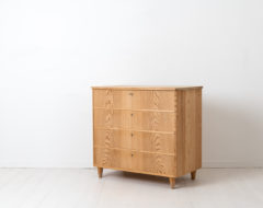 Swedish Grace chest of drawers from the 1930s or 1940s. The chest is pine and has four drawers with working locks and keys