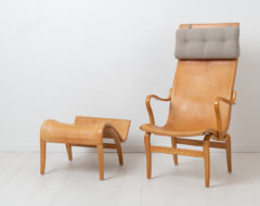 Bruno Mathsson 'Eva Hög' easy chair and ottoman in leather for Karl Mathsson from the late 20th century. The Eva Hög chair was first designed in the 1940s