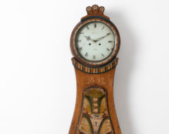Classic mora clock with rococo shape from Hälsingland. The clock has a simple shape with a case in painted pine. Original first paint