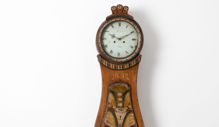 Classic Mora Clock with Rococo Shape from Hälsingland