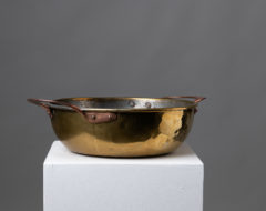 Large brass bowl with copper handles which is an unusual combination. This folk art bowl is from Sweden and the province Hälsingland.