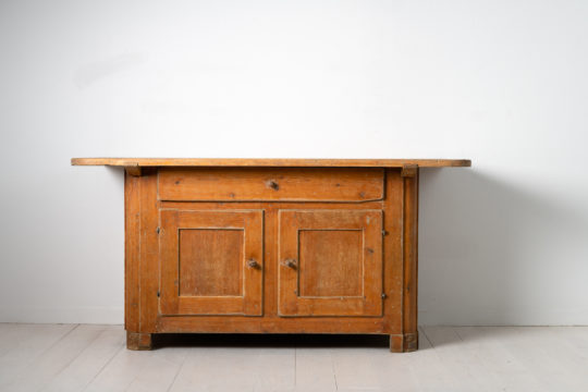 Folk art country sideboard from Northern Sweden made during the early 1800s. The sideboard is unusually low and organically coloured