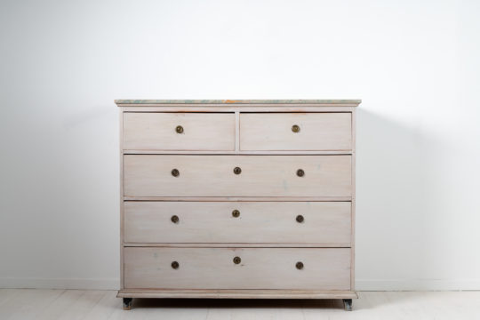 Large gustavian chest of drawers from northern Sweden dated to around 1810. The chest is pine with 3 large and 2 smaller drawers