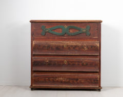 Country chest of drawers from Northern Sweden made around 1810 to 1820. The chest is pine with untouched original paint and authentic patina.