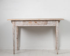 White gustavian country desk from the early 1800s, around 1800 to 1810. The table is in gustavian style and has a single drawer