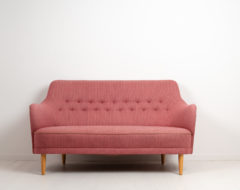 Samsas sofa by Carl Malmsten for O.H Sjögren in Tranås. The sofa is a Scandinavian modern classic with a solid pine frame and red toned upholstery