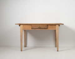 Swedish gustavian country desk from the late 18th century, between 1790 to 1800. This writing table is a genuine country furniture with solid craftsmanship
