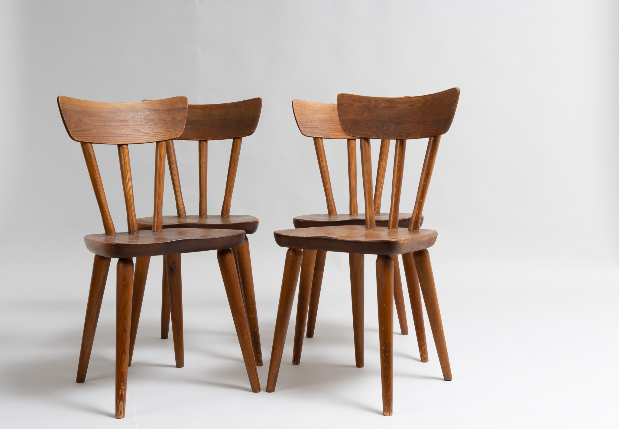 Göran Malmvall pine chairs for Svensk Fur from Sweden made around 1950. The chairs are a set of 4 and made in solid Swedish pine