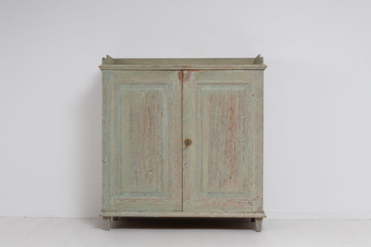Classic straight gustavian sideboard from northern Sweden. The sideboard is from the late 1700s to early 1800s, between 1780 and 1810.